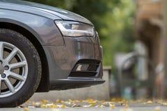 Boczny widok nowożytny srebny samochód zdjęcia stock