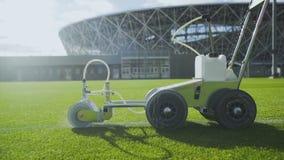 Boczny widok ocechowanie stadionu futbolowego pole używać fachową farby maszynę zdjęcie wideo