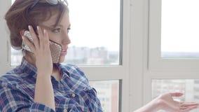 Boczny widok opowiada telefon kobieta z bliska zbiory