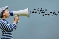 Boczny widok opowiada w megafonie z muzykalnymi notatkami nadchodzącymi out chłopiec Zdjęcie Stock