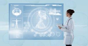 Boczny widok patrzeje futurystycznego ekran kobiety lekarka Zdjęcie Stock