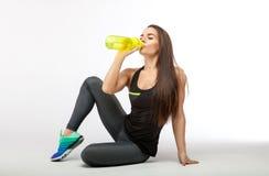Boczny widok piękna dziewczyna w sport odzieżowej wodzie pitnej po treningu Obrazy Stock