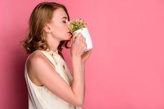 boczny widok pije od filiżanki z chamomiles młoda kobieta fotografia stock