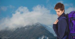 Boczny widok podróżnika przewożenia plecak na górze zakrywającej z chmurami Obraz Stock