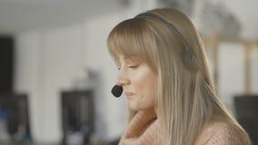 Boczny widok pracuje w online serwisie pomocy kobieta zbiory