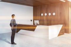 Boczny widok recepcyjny biurko w biurze, mężczyzna fotografia royalty free