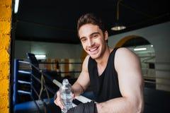 Boczny widok relaksuje w bokserskim pierścionku uśmiechnięty bokser Zdjęcie Stock