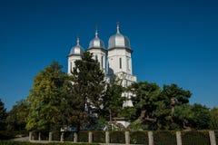 Boczny widok romanian kościół na niebieskim niebie Fotografia Royalty Free