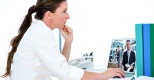 Boczny widok rozważnego bizneswomanu wideo konferencja przez laptopu w biurze Fotografia Stock