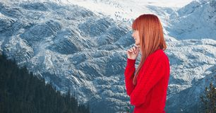 Boczny widok rudzielec kobieta przeciw snowcapped górom obrazy stock