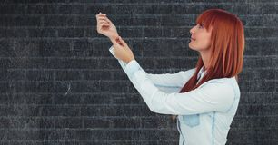 Boczny widok rudzielec kobieta z rękami podnosić przeciw ścianie royalty ilustracja