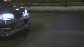 Boczny widok samochodowy jeżdżenie wzdłuż drogi, reflektory iluminuje ciemną drogę przy nocą akcja Nastrajający lily samochodu pr zbiory