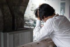 Boczny widok sfrustowany zaakcentowany młody Azjatycki biznesowego mężczyzna uczucie rozczarowywający lub poważny z pracą obraz stock