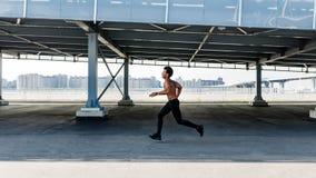 Boczny widok sportowy nagi chested mężczyzna zdjęcia stock