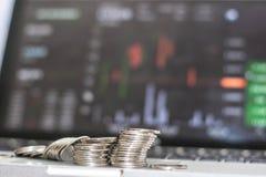 Boczny widok srebna moneta z monitorów przedstawieniami handluje ruch drogowego, Bitcoin minning zdjęcia royalty free