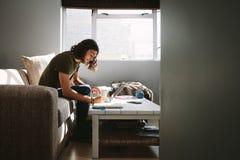 Boczny widok studencki studiować w domu obraz stock
