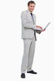 Boczny widok uśmiechnięty biznesmen używać jego laptop Obraz Stock