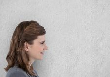 Boczny widok uśmiechnięty bizneswoman przeciw ścianie Zdjęcia Royalty Free