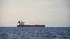 Boczny widok unosi się w morzu ładunku statek zbiory wideo