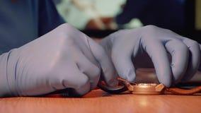 Boczny widok usuwa tylną skrzynkę zegarek egzamininować zegarka mechanizm zegarka naprawiacz zbiory wideo