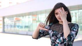 Boczny widok wzburzona dziewczyna pokazuje niechęć przy miastem zbiory