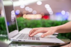 Boczny widok zakończenie up kobiety ręka pisać na maszynie na laptopie keyboar obraz stock