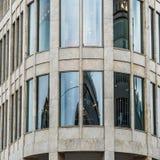 Boczny widok zaokrąglony narożnikowy teren nowożytny budynek w centrum miasta ogromne miasto Obraz Royalty Free