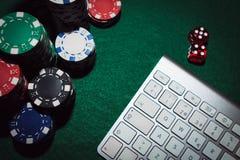 Boczny widok zielony grzebaka stół z niektóre grzebak kartami na klawiaturze Zakładać się linii pojęcie zdjęcia royalty free