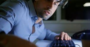Boczny widok zmęczony młody Kaukaski męski wykonawczy dosypianie przy biurkiem w nowożytnym biurze 4k zbiory wideo