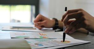 Boczny zbliżenie biznesowego mężczyzna obsiadania stołu biuro analizuje dane badawczego analityka przedsiębiorcy przemysłowego ma zbiory