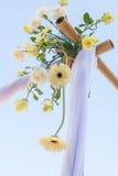 Boda adornada en la disposición de la boda de playa Foto de archivo