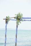 Boda adornada en la disposición de la boda de playa Fotos de archivo