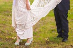 Boda con la novia y el vestido del blanco Foto de archivo