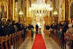 Boda de la iglesia Novia y novio en la iglesia durante una ceremonia de boda Imágenes de archivo libres de regalías