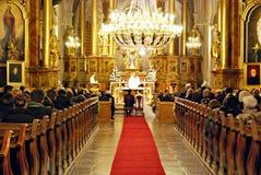Boda de la iglesia Novia y novio en la iglesia durante una ceremonia de boda Foto de archivo libre de regalías