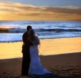 Boda de los pares en la puesta del sol Fotografía de archivo libre de regalías