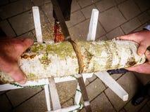Boda de madera de la conexión del corte de novia y del novio imagenes de archivo