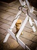 Boda de madera de la conexión del corte de novia y del novio fotografía de archivo libre de regalías