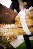 Boda de madera de la conexión del corte de novia y del novio foto de archivo