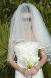 Boda de playa del Caribe - novia con velo y las gafas de sol imagen de archivo libre de regalías
