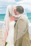 Boda de playa: Novia y novio Imagen de archivo libre de regalías