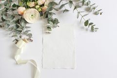 Boda, escena de la maqueta del cumpleaños con el ramo floral de ranúnculo persa, flor del ranúnculo, rosas rosadas, eucalipto Foto de archivo libre de regalías