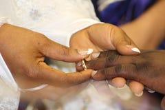 Boda, manos y anillo Imagen de archivo