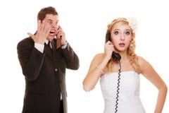 boda Novia enojada y novio que hablan en el teléfono Imagen de archivo libre de regalías
