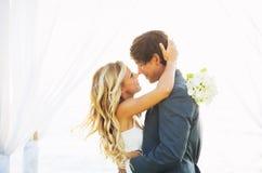 Boda, novia y novio Just Married en amor Imágenes de archivo libres de regalías