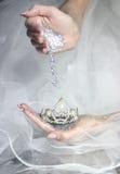 boda nupcial del brillo de la tiara de las manos Imagenes de archivo