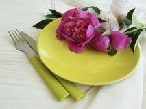 Boda romántica del abastecimiento de la plantilla del banquete del día de fiesta del concepto de la peonía de la flor de la placa Imágenes de archivo libres de regalías