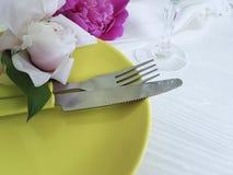 Boda romántica del abastecimiento de la plantilla del banquete del día de fiesta de la peonía de la flor de la placa en el fondo  Imágenes de archivo libres de regalías