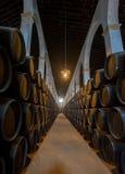 在赫雷斯bodega,西班牙的雪利酒桶 免版税库存图片