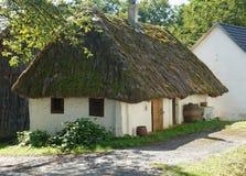 Bodega con el tejado cubierto con paja de la paja Imagenes de archivo